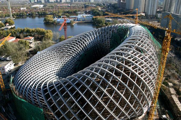 معماری مدرن ساختمان فونیکس - China Radio Internationalدر قسمت غربی پارک چاویان، سازه ای عجیب نگاه ها را به خود جلب می کند سازه ای فلزی که دارای انحنا و قوس های ظریفی است.